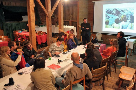 Workshop zur Region / Mit transclaudia (Max Höfler und Johannes Schrettle, Graz), live schreiben und Realzeit-Übersetzen im Woferl-Stall